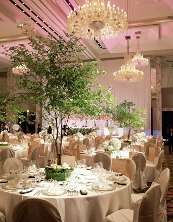 「森のなかのパーティ」をイメージして、ドウダンツツジをたっぷりと飾った披露宴会場「ボールルーム」