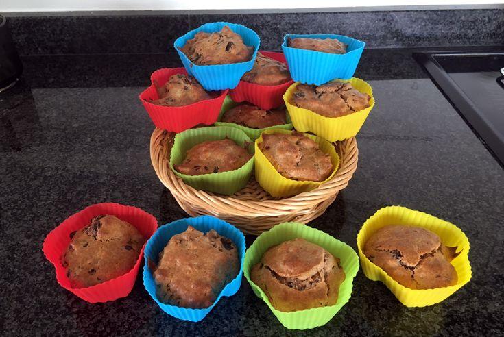 Gezonde – en uiteraard eiwitrijke – eiwitten-muffins met banaan, rozijnen, dadels, walnoten en een vleug koekkruiden. Handig en lekker als je eiwit over hebt na bijvoorbeeld het maken van gele room…