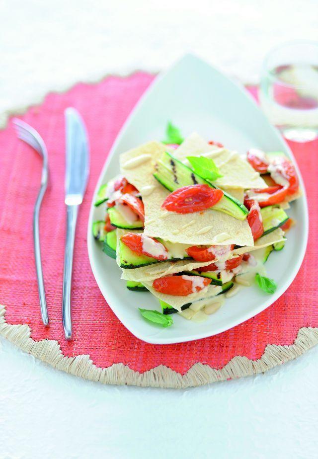 Millefoglie di carasau e pomodori con crema di pinoli Ricetta di Chiara Bellasio Foto di Laila Pozzo Tratta dalla rivista Cucina Naturale