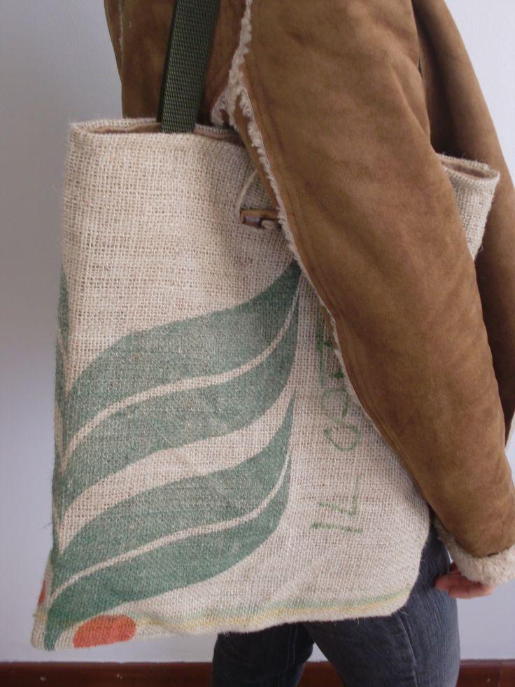 Borsa di juta con doppio manico in pelle e chiusura con bottone in legno - Juta bag with double leather handle and wooden button closure