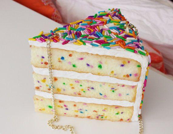 Pensei que era bolo de verdade kkk mais uma bolsa em estilo kawaii.