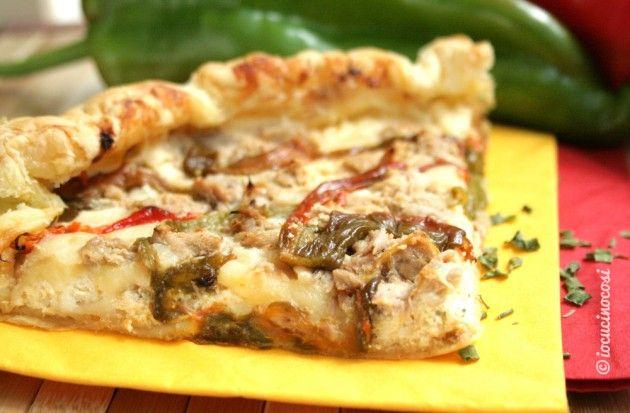 La sfoglia ai peperoni e tonno è una torta salata a base di pasta sfoglia con una ricca farcitura di ricotta, peperoni e tonno.