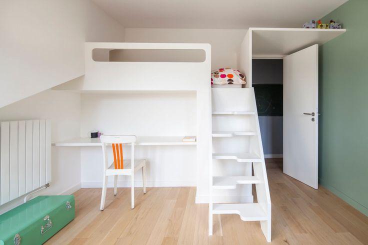 совмещенные стол и кровать в детской в белом цвете
