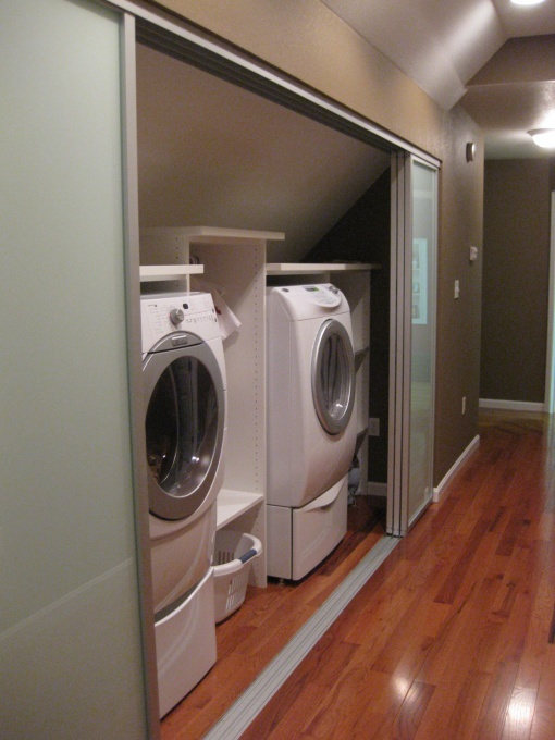 Laundry closet - this is what I want. I want it in the middle of the house.