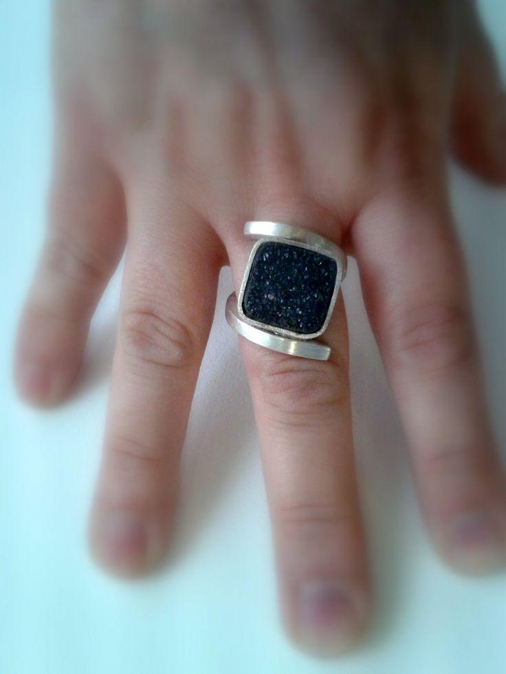 Dándole una vuelta más a la colección DeDalt, ha surgido el diseño de esta joya, elaborada de manera totalmente artesanal, que es una pieza única. . Este anillo está realizado en hilo de plata cuadrado de 3mm de lado que se curva y da forma al aro, que en lugar de abrazar un pieza de …