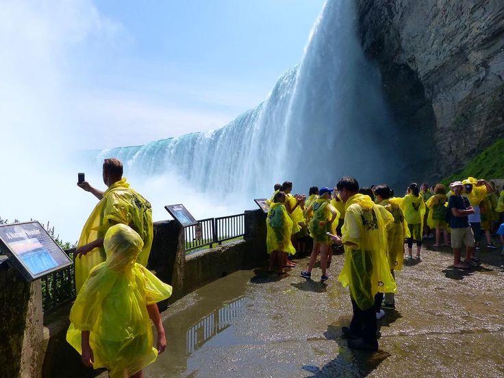 Kanada/Niagara Falls: Falls: Bei knapp 40 Grad ist die Gischt der Horseshoe Falls eine willkommene Abkühlung für die Touristen in ihrem Minion-Outfit.