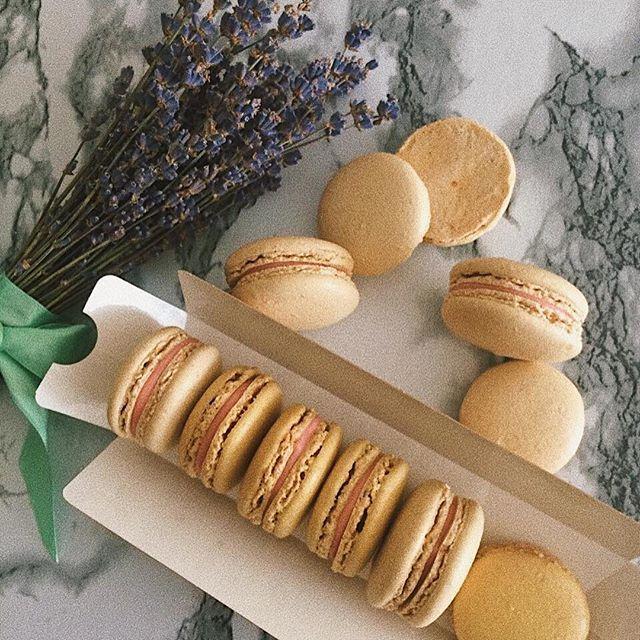 Macarons свободные коробочки😊по 7 и 12 штук. Начинки: 🍓Клубничная с белым шоколадом 🍬Карамель Одна штучка 50 ₽ Пишите в WhatsApp 89174410283 или Директ. #svetlana_abdulova