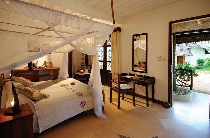 Op een prachtige plek aan de oostkust van Zanzibar verrijst tussen de palmbomen Hotel Diamonds Mapenzi Beach. Hier vind je authentieke villa's en kamers. Zou je het resort van bovenaf bekijken, dan zie je de makuti grasdaken op elk gebouw. Hier waan je je in een Zanzibari dorpje, met 4 restaurants, 2 bars en een eigen beachfootballteam. Pole pole, relax: lekker luieren op één van de strandbedjes. En vanavond tijdens de show bij het zwembad verder genieten van de All Inclusive formule.