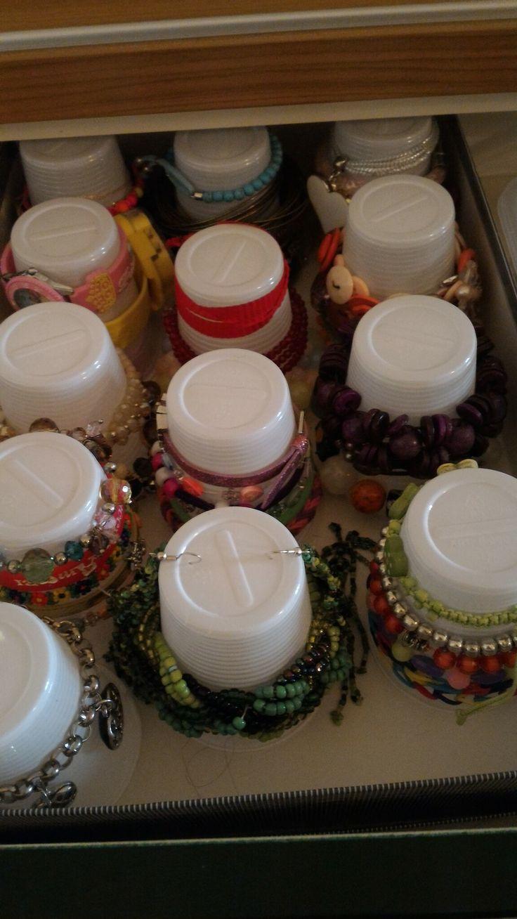 Organizzare collane,  bracciali, orecchini e orologi con i bicchieri di plastica