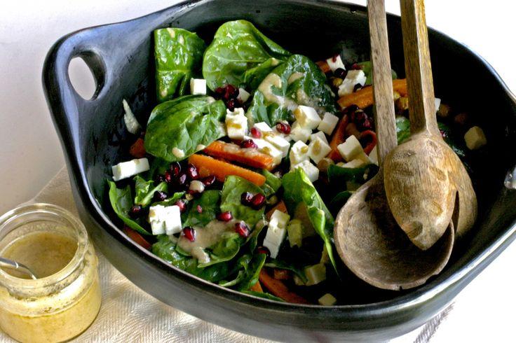 Wortelen zijn zalige wintergroenten. Eenmaal je ze geroosterd heb in de oven, kan je niet meer zonder. Het is zo makkelijk. Schil de wortelen, doe ze in een ovenschaal, overgiet met olijfolie en kruiden en laat 30 minuten roosteren. Geen werk aan en zoooooo lekker!Voor deze winterse salade gebruiken we geroosterde wortelen.  Tahini is een pasta