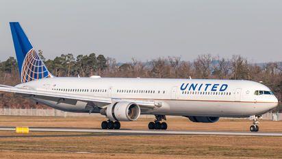N68061 - United Airlines Boeing 767-400ER photo (157 views)