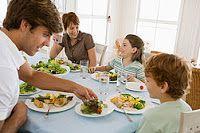 Hay Que Comer 5 Veces al Día.  Casi siempre o NO desayunan o SI desayunan es muy poco, o se Saltan la media mañana, o la Merienda, lo que les ocasiona llegar a la hora de comer o de cenar con mucha hambre.