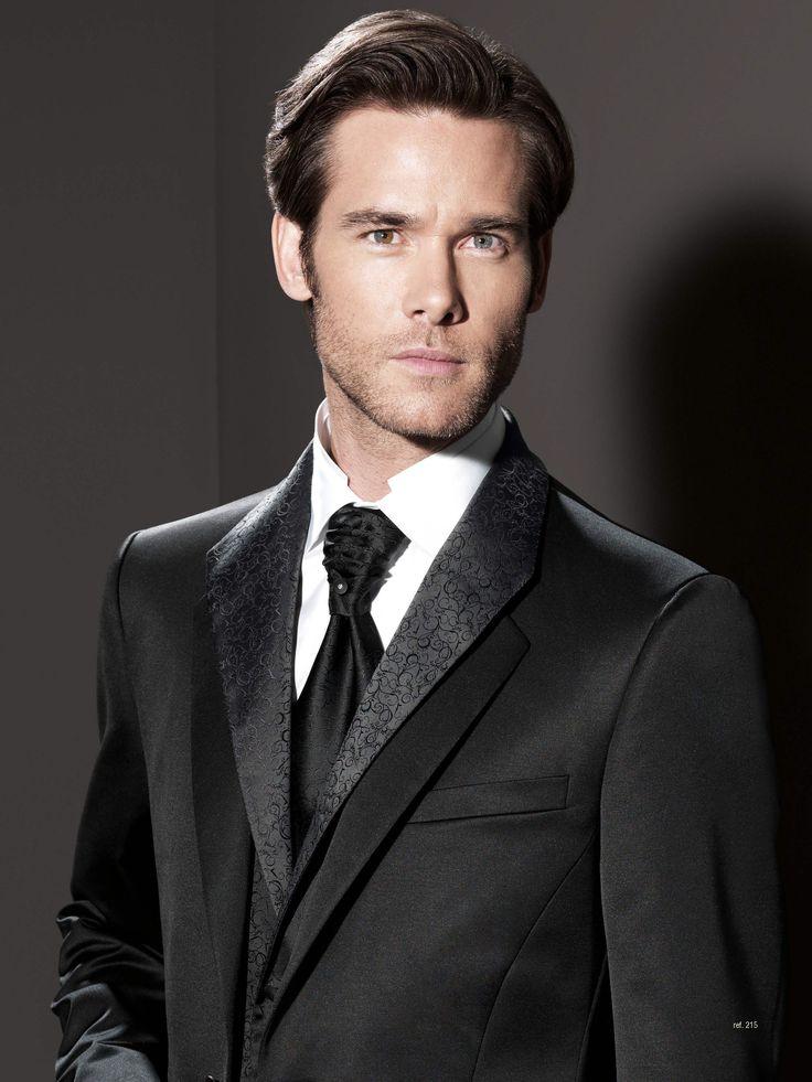 Traje de novio de la firma Sandro Sellini exclusivo, el cuello que se ve en el traje en realidad pertenece al chaleco, el de la americana es tipo mao. Disponible en www.sastreriacampfaso.es