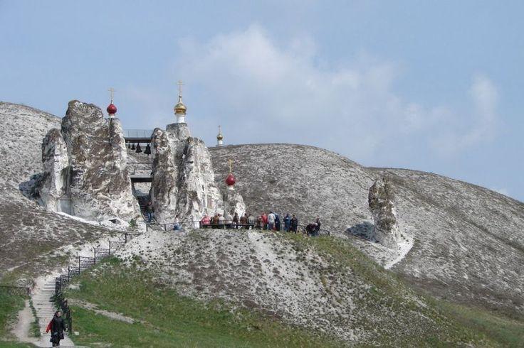 Природные чудеса РоссииКостомаровский Спасский женский монастырь – один из древнейших русских монастырей, основанный еще до официального принятия христианства на Руси. Здесь находится икона Валаамской Божьей Матери.