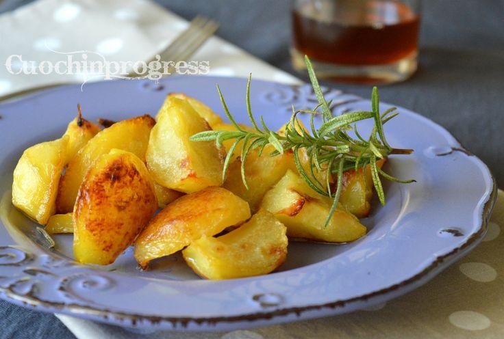 Patate al fornosono un grande classico della nostra cucina che non tramonterà mai. Sono di sicuro un ottimo contornoche a tavola mette d'accordo tutti,