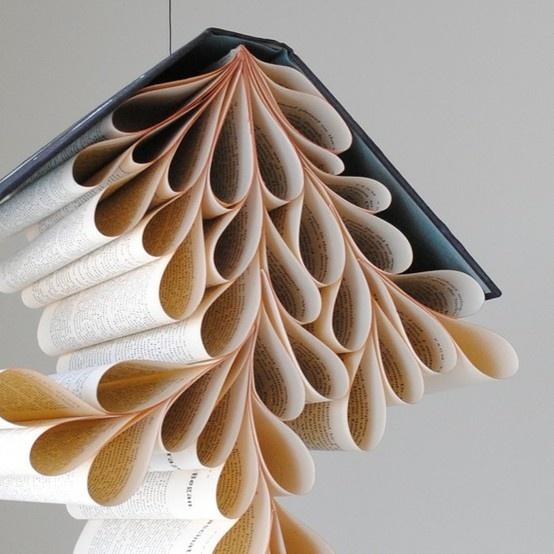 Un chandelier / mobile fait avec les pages d'un vieux livre ! A suspendre au plafond ou au dessus des tables, pourquoi pas ! Original !