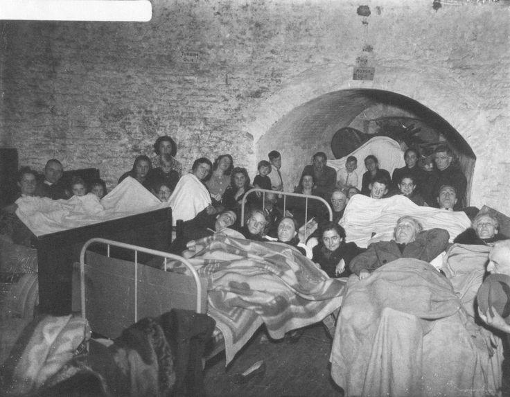 Tijdens de Tweede Wereldoorlog werden er onder de grond schuilkelders aangelegd. Als er bijvoorbeeld alarm werd geslagen voor overvliegende vliegtuigen kon men snel de schuilkelders in ter bescherming. In de particuliere schuilkelders werden vaak bedden en meubels naar beneden gebracht. De voorzieningen in de openbare schuilkelders waren vaak primitiever dan in de particuliere schuilkelders. Dit is zo'n kelder aan de Parkweg.