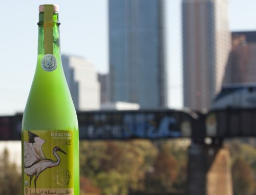 州旗の柄から「1つ星の州」とも呼ばれる米テキサス州。同州オースティンにある酒造会社テキサス・サケ・カンパニーは、地元で収穫されたコメを使った日本酒「ライジング・スター」を醸造・販売している。  テキサス州で日本酒の商業生産を唯一手掛けている同社は、社長兼杜氏のヨド・アニスさんさんが2011年に創設。日本の伝統的な酒造方法を用いながら、テキサス州の特徴を生かすため味わいを調整し、その土地に合った日本酒造りを行っている。  同社のにごり酒「ライジング・スター」は、わずかな甘さが舌に残る、バーベキューによく合う酒だ。  - Reuters   テキサス州で日本酒醸造、「大胆でパワーある味に」(2014年2月17日)