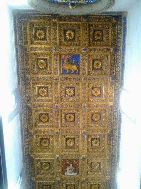 Soffitto a cassettoni con stemma del comune di Viterbo e la Madonna della Quercia
