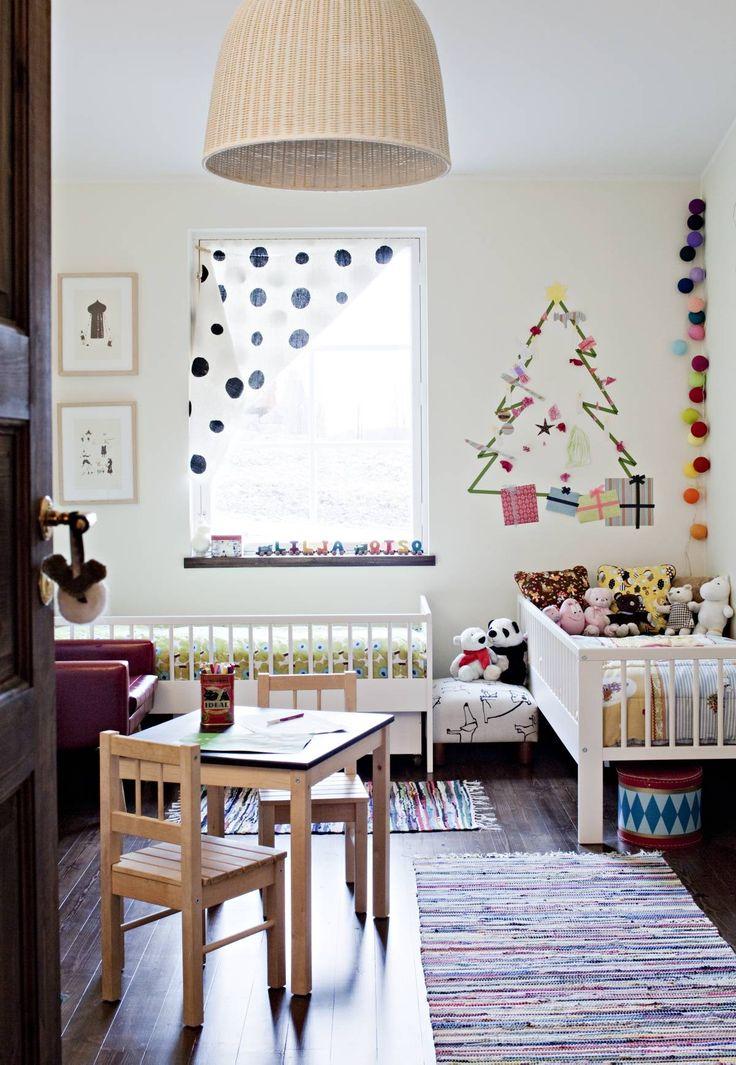 Lastenhuoneessa saa temmeltää. Kattovalaisin, sängyt, pöytä ja tuolit ovat Ikeasta. Seinälle Kirsi-Marja ja lapset tekivät teipillä kuusen ja koristelivat sen tarroilla. Värilliset valopallot hankittiin Stockmannilta. Räsymatot ovat Etolan metritavaraa.