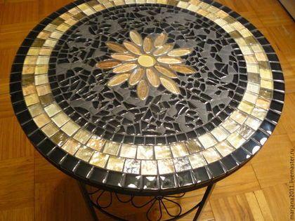 Купить или заказать Придиванный столик с мозаикой 'Звезда желаний' в интернет-магазине на Ярмарке Мастеров. Сдержанность и роскошь! Сочетание золотого и черного! В оформлении столешницы была использована очень интересная и довольно редкая мозаика (толщ. 8мм). Роскошный микс: матовая мозаика (бархатная), мозаика под древнюю смальту, обычная стеклянная мозаика черного цвета, фигурная мозаика. Качественная столешница из массива сосны (3см). У столика удобная и вместительная ажурная полоч...