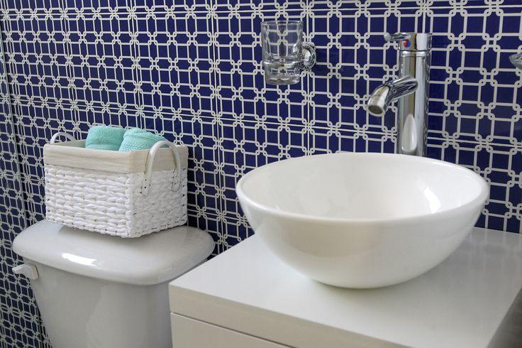 Baño con ceramicas en c color indigo, constrastes en blanco #bluebathroom, #bluepalette, #indigo, #bañoazul, #ceramicasenazul, #interceramic