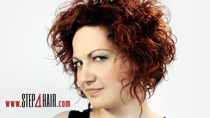 Kręcone włosy wcale nie muszą być długie, równo obcięte i kojarzyć się z nudą.