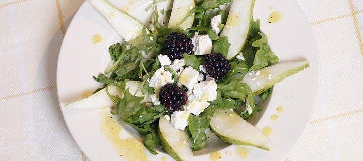 Frisse salade van rucola met peer, witte kaas, bramen en citroen-mosterd dressing