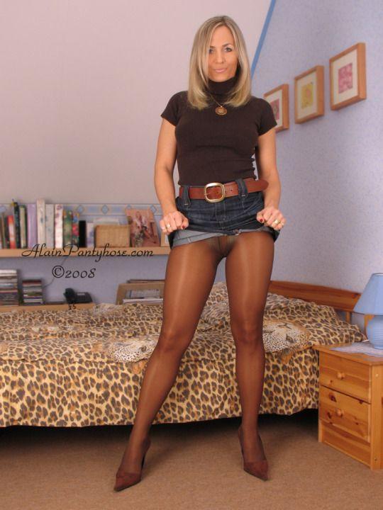 Mädchen tragen Nylons und enge Röcke