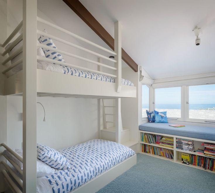 La chambre des enfants pas très grande & aménagée sous le toit avec des lits superposés