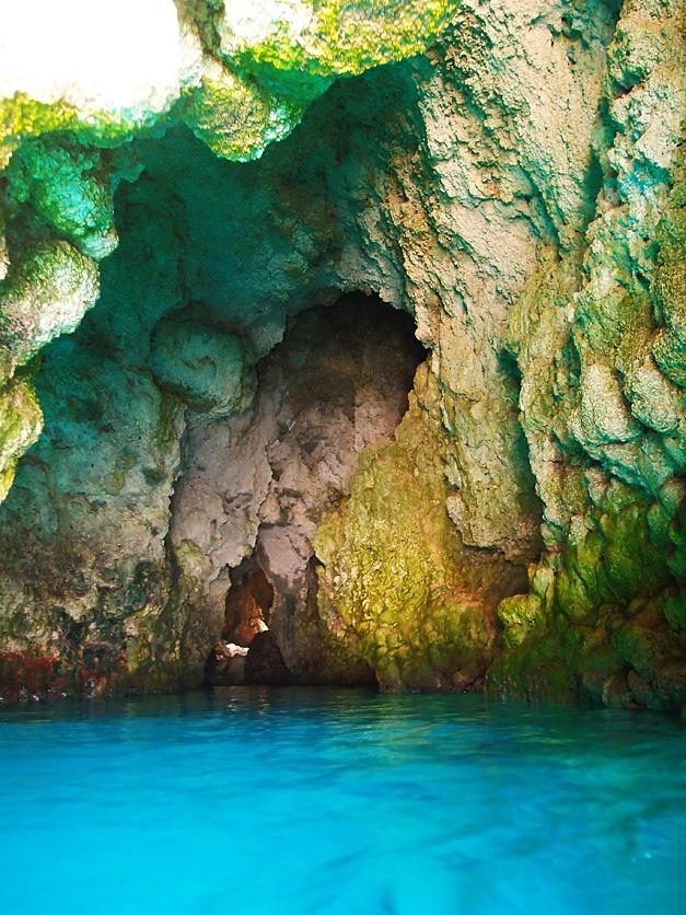 神秘的な沖縄青の洞窟
