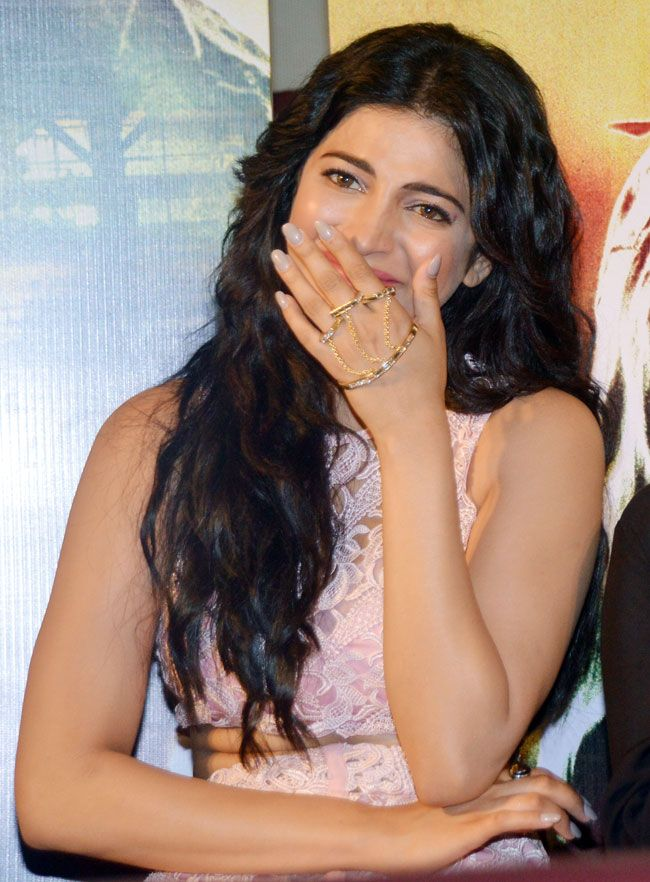 Shruti Haasan played up her look by adding a palm chain ring. #Bollywood #Fashion #Style #Beauty