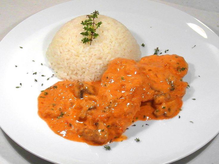 Bakonyi csirkemell filé recept: A Bakonyi módra készült ételek, legyen az csirke, sertés, hal vagy bármilyen hús mindig habart paprikás mártással készülnek és van bennük valamilyen gomba, általában csiperke, de lehet laska vagy valamilyen erdei gomba.