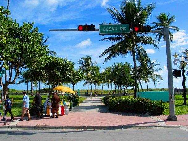 Google Image Result for http://www.jimmyrocker.com/southbeach/ocean-drive-view.jpg