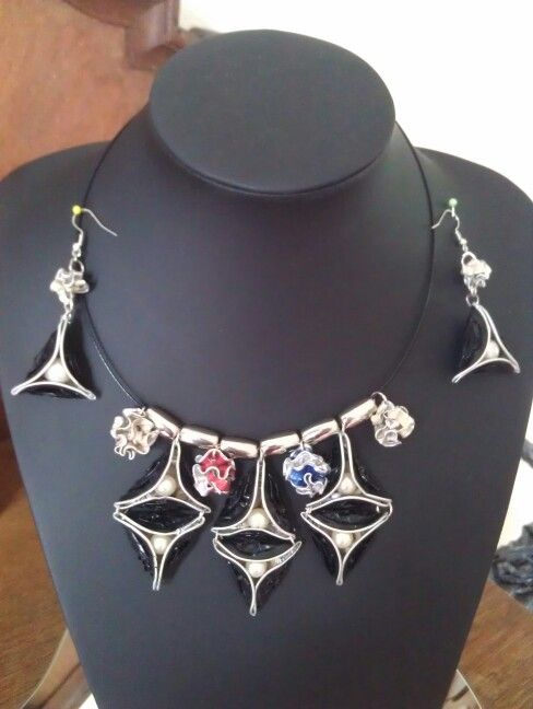 Een ontwerp van Eugenie Kalverla Drie hoeken met parels.