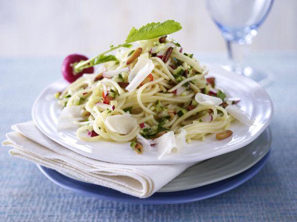 Unser beliebtes Rezept für Spaghetti mit Radieschen-Zucchini-Salsa und mehr als 55.000 weitere kostenlose Rezepte auf LECKER.de.