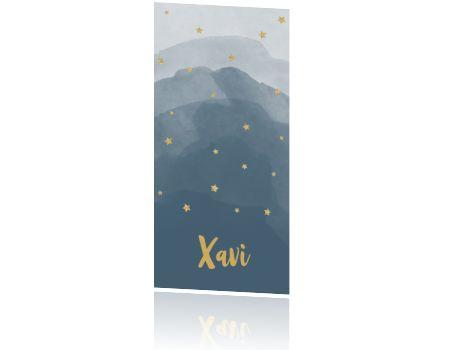 Jongens geboortekaartje in staand model met goud, sterretjes en donkerblauwe waterverf. Leuk met labeltjes.
