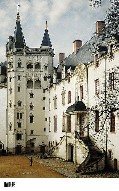 Intérieur de la cour du Château des Ducs de Bretagne.                                                                                                                                                                                 Plus