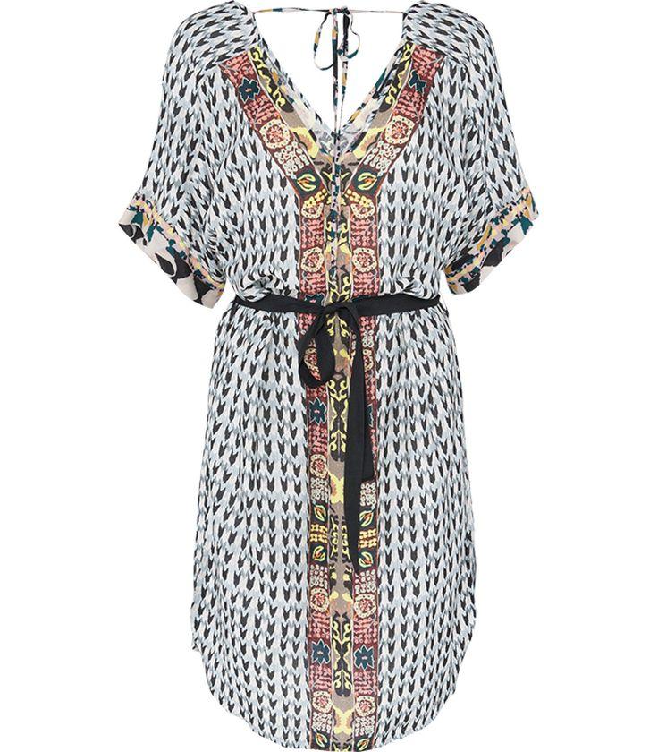Kleurrijke eyecatcher! Maak indruk met deze opvallende jurk. De jurk is voorzien van vele details. De jurk heeft een soepele pasvorm en wijde mouwen. De vrouwelijke silhouet wordt geaccentueerd door de striksluiting om het middel.