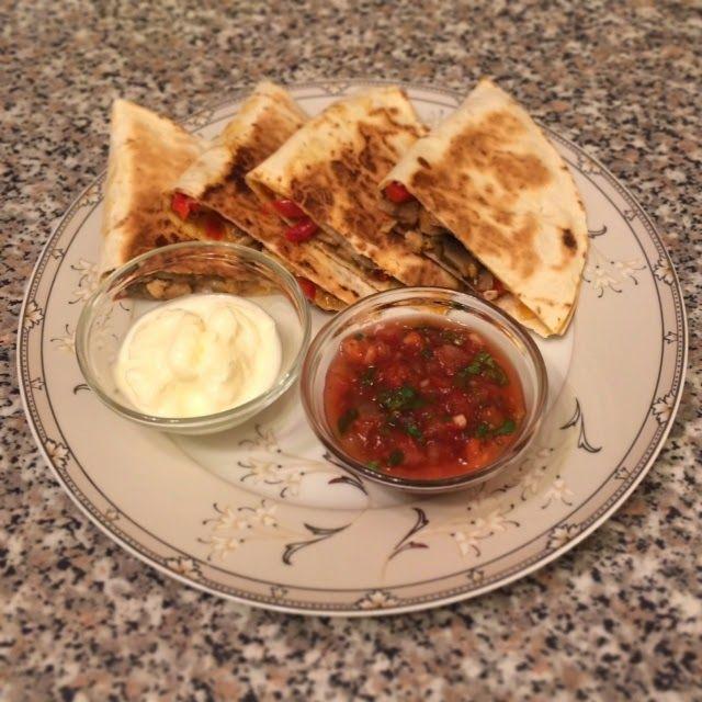 """Кулинарный блог Ольги Лаврентьевой """"Lavrentieva's Kitchen"""": Кесадилья с курицей, грибами и овощами + сумасшедшая томатная сальса своими руками"""