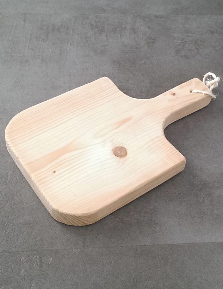 Een broodplank van onbehandeld steigerhout. Dit hebben wij mogen maken om hapjes op te serveren en als onderdeel van een kerstpakket.