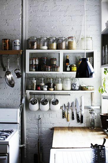 Pourquoi on ne montrerait pas le stock de bocaux dans la cuisine ? Bien plus joli que des placards !