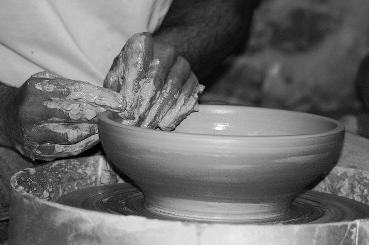 Werkende handen. Working hands. Oude ambachten. Leren van je leraar. De pottenbakker.