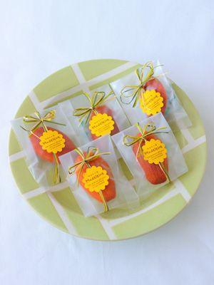 焼き菓子を可愛くラッピング!お菓子のラッピングアレンジ | お菓子 ... 3色使いのリボンと花形シールでポップにしてみて。