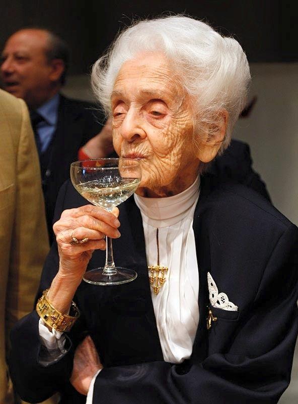 Рита Леви-Монтальчини, итальянский нейробиолог, старейшая из ныне живущих лауреатов Нобелевской премии, сказала на пресс-конференции в Риме, устроенной по случаю её 100-летнего юбилея: «Несмотря на то, что мне исполняется сто лет, соображаю я сейчас – спасибо опыту – гораздо лучше, чем тогда, когда мне было двадцать».