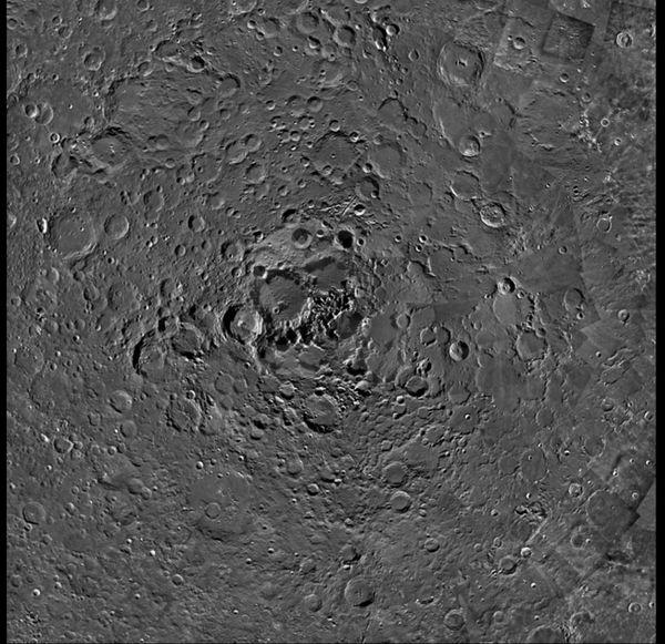 Nuove immagini del Polo Nord della Luna, ricostruire per la ESA, proporzionano basi per nuove ipotesi sull'origine e il contenuto dei profondi crateri lunari.