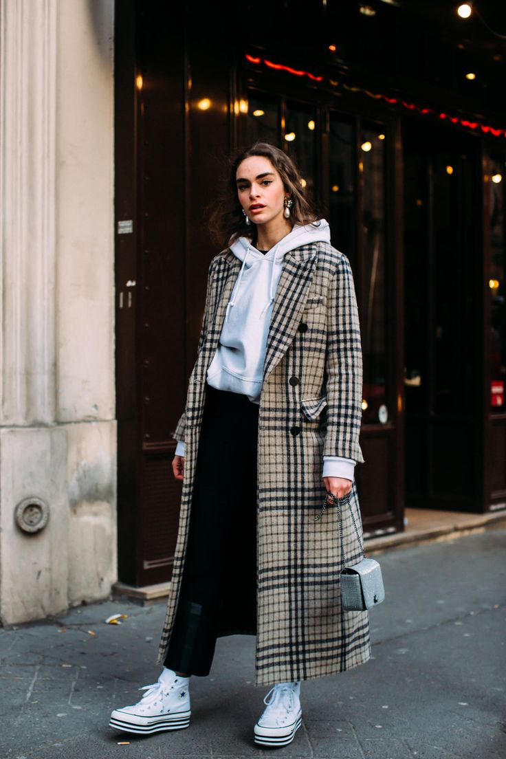 Winter outfits: converse. calça preta. moletom cinza. casacão xadrez. inspiração look.