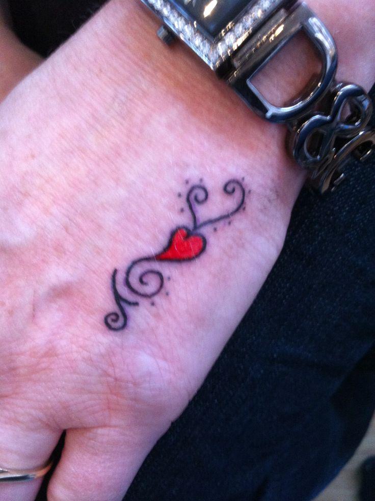 die besten 25 heart tattoo on hand ideen auf pinterest. Black Bedroom Furniture Sets. Home Design Ideas