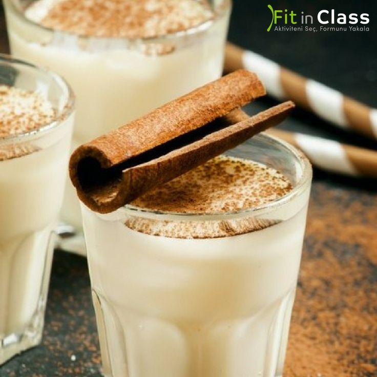 Tarçın, vücudun ısınmasına yardım eder. Soğuk havalarda sütünüze ekleyeceğiniz bir çubuk tarçın, vücudunuzun ısınmasına yardım ederek metabolizmanızı hızlandırır ve kilo vermenizi kolaylaştırır. www.fitinclass.com