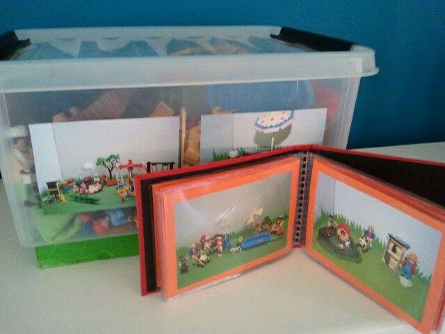 Bij de bak met Playmobil (speeltuin) een fotoboekje met mogelijke opstellingen voor de kleuterklas (van Sint gekregen)